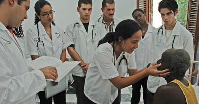 Buscan más médicos latinos